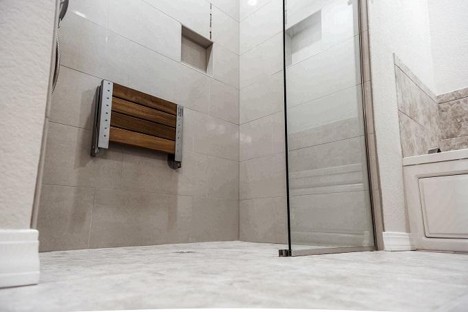 Kabina prysznicowa typu Walk In z odpływem liniowym