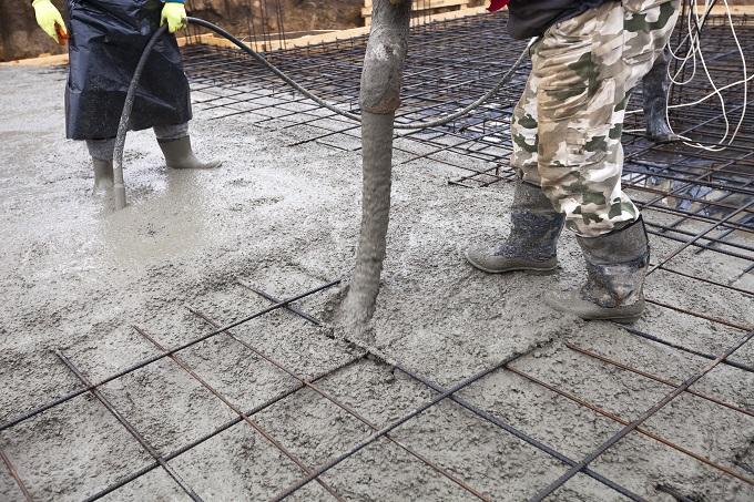 Wylewanie betonu na strop