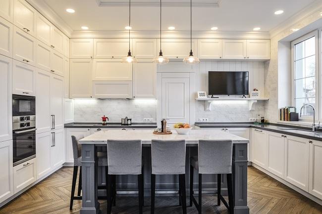 Wnętrze kuchni w nowym luksusowym domu