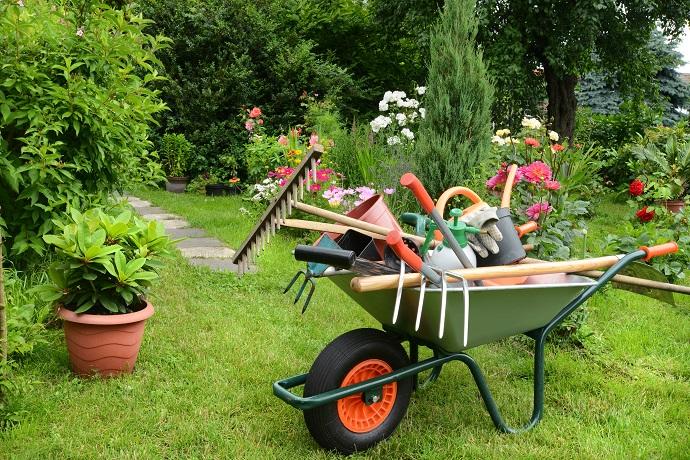 akcesoria ogrodnicze przydatne w pracach w ogrodzie