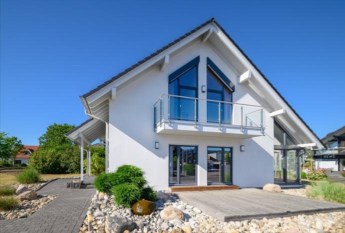 Dom z balkonem i poddaszem użytowym