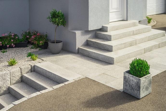 Granitowe płyty na wejściu do domu i schodach kamiennych