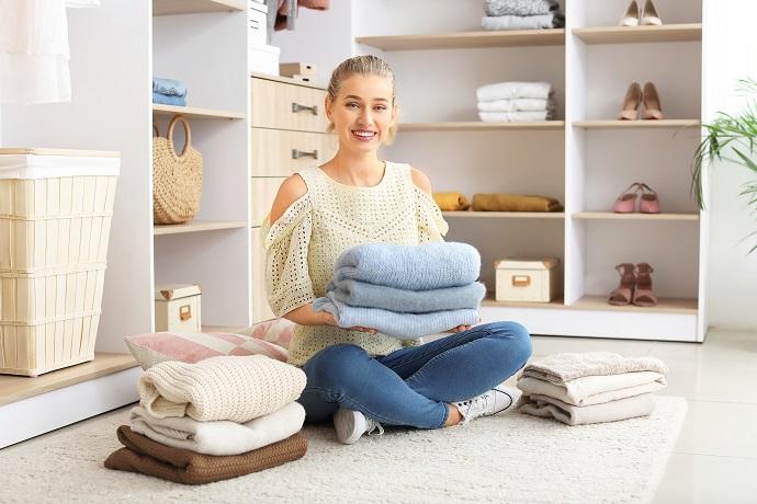 kobieta prezentująca tekstylia w domu