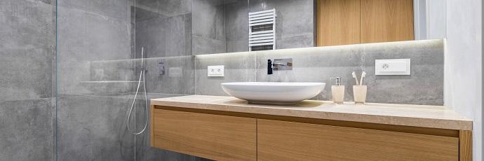 Modna minimalistyczna łazienaka z blatem z forniru