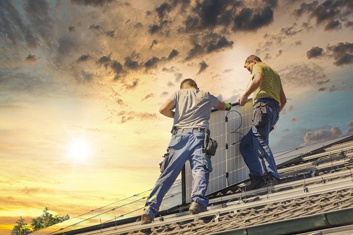 montaż paneli fotowoltaicznych na dachu