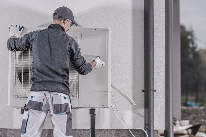 montaż pompy ciepła na elewacji budynku