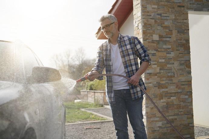 Mycie samochodu przed domem
