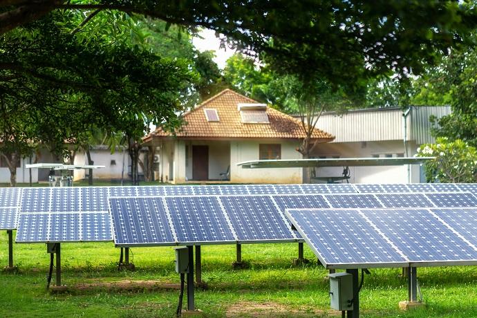 panele solarne montowane na ziemi