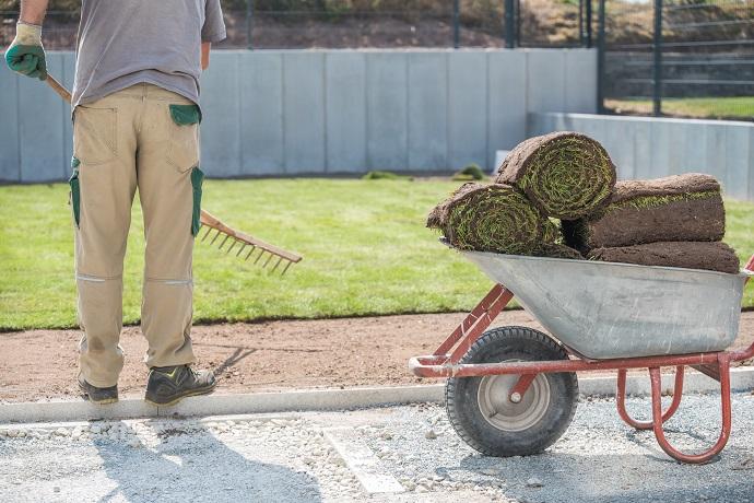 Przygotowanie gleby pod układanie trawnika  z rolki
