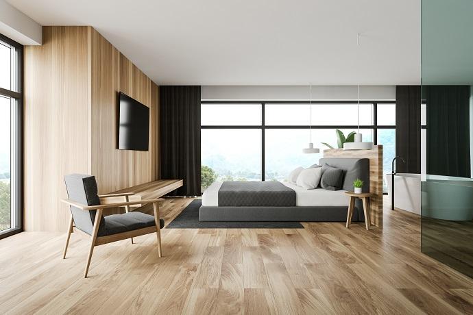 Sypialnia w modelu otwartym z dominujacym wykorzystaniem motywu drewna
