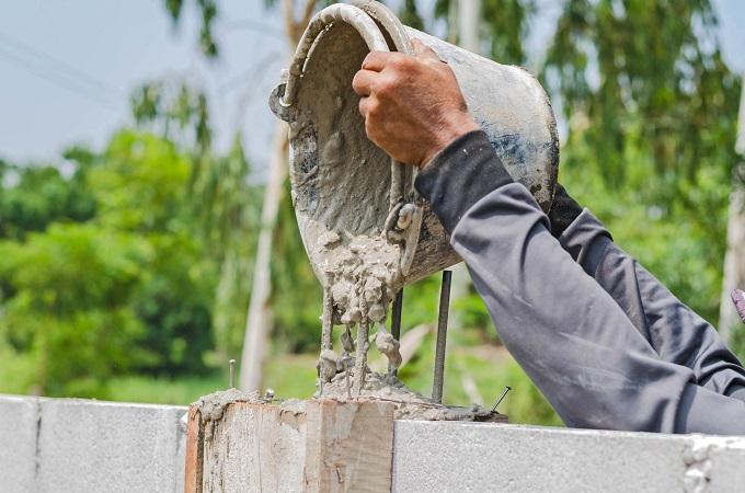Wylewanie betonu na fundamenty